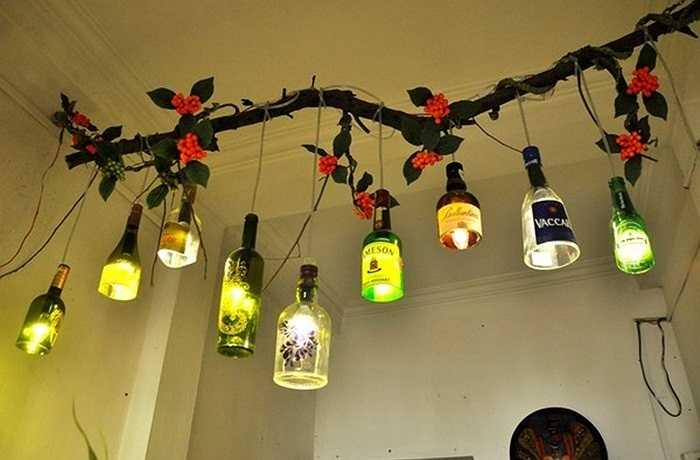 Những món quà hữu ích này được vẽ trang trí theo nhiều phong cách, phù hợp với nội thất của nhà hàng như cốc uống cỡ đại làm từ vỏ chai bia, chụp đèn, đế nến, bình cắm hoa nghệ thuật…