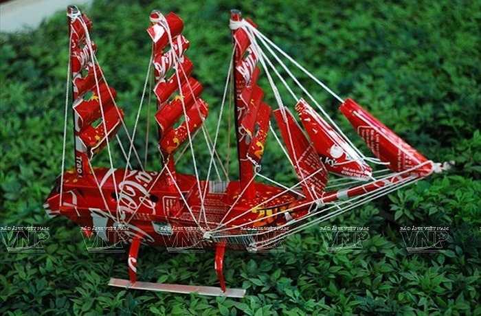 Thuyền buồm mô hình làm từ vỏ lon nước ngọt.