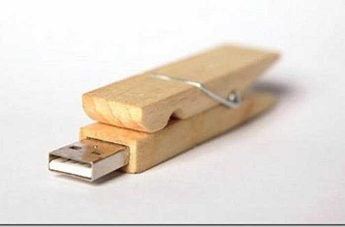 Giới trẻ cũng biết biến những khúc gỗ cục mịch thành những món đồ công nghệ đáng yêu. Chiếc kẹp giấy được thiết kế kèm chức năng lưu trữ dữ liệu của USB, một thiết bị văn phòng khá tiện dụng.