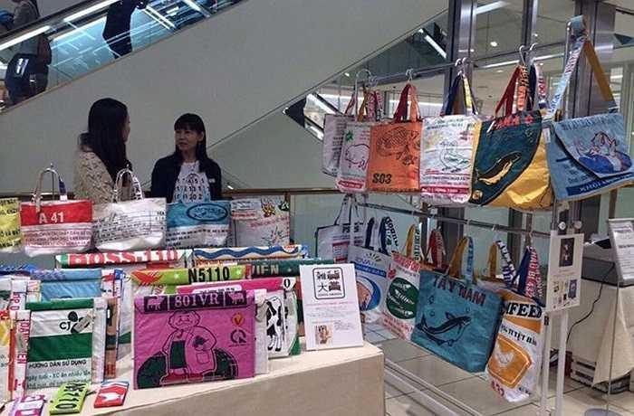 Một thành viên trên diễn đàn Otofun mới đây đã chia sẻ hình ảnh về một cửa hàng Nhật rao bán những chiếc túi xách tái chế. Điều đặc biệt là khá nhiều sản phẩm trong số này có chữ Việt Nam, và hầu hết là các bao tải dùng để đựng thức ăn chăn nuôi.