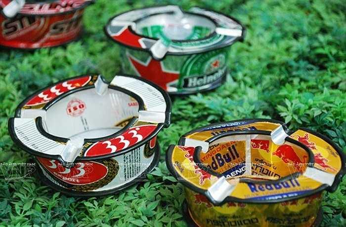 Những chiếc gạt tàn thuốc được làm từ vỏ lon nước ngọt, vỏ lon bia