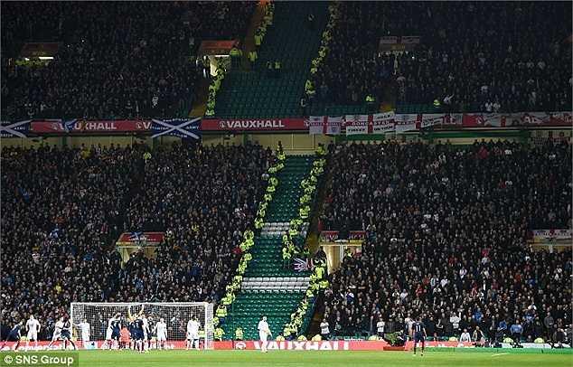 Những vấn đề chính trị giữa hai quốc gia đã khiến trận đấu nóng lên từ khi còn chưa bắt đầu. BLĐ sân Celtic Park đã phải huy động nhân viên an ninh cách ly khu vực CĐV hai quốc gia để tránh những cuộc ẩu đả không cần thiết.