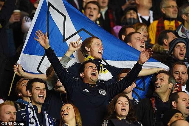 CĐV Scotland liên tục hát, hô vang những khẩu hiệu chính trị.