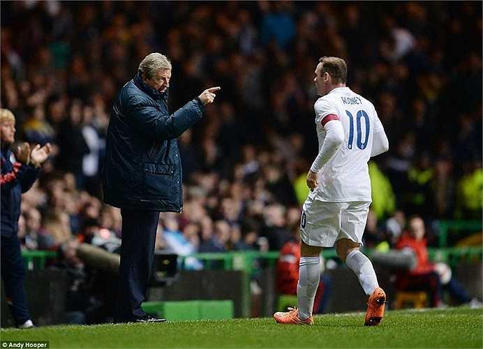 Cũng chính vì sự cuồng nhiệt trên khán đài, HLV Roy Hodgson đã phải liên tục đưa ra sự chỉ đạo dành cho Wayne Rooney.