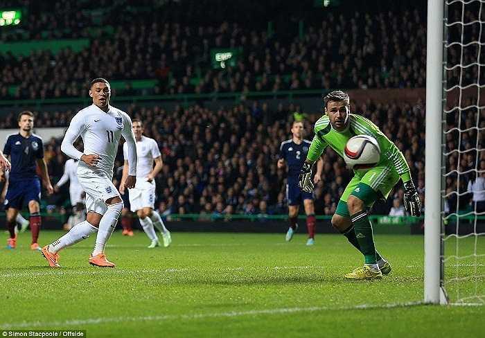 Chamberlain giúp tuyển Anh vượt lên dẫn trước ở phút 32 từ pha kiến tạo của người đồng đội ở Arsenal, Jack Wilshere.