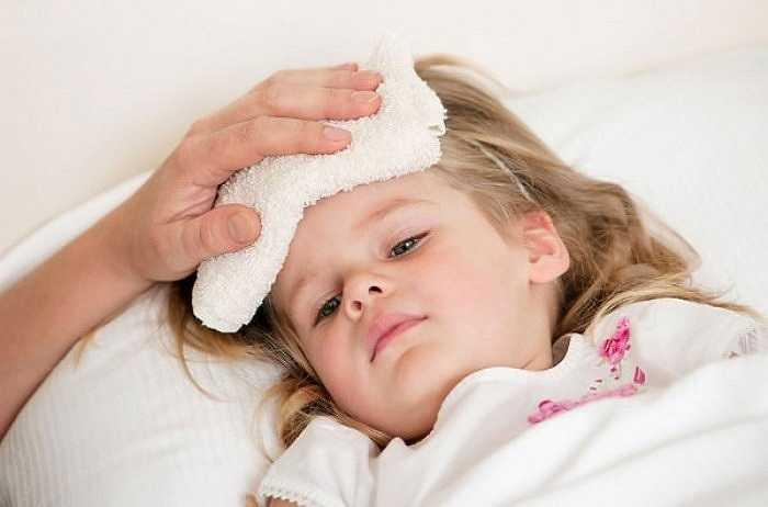 Khi trẻ sốt, nếu không biết xử lý kịp thời hoặc xử lý không đúng cách sẽ ảnh hưởng đến nhiều cơ quan như tổn thương các tế bào thần kinh, rối loạn thần kinh não nguy hiểm hơn có thể gây hôn mê hoặc tử vong.