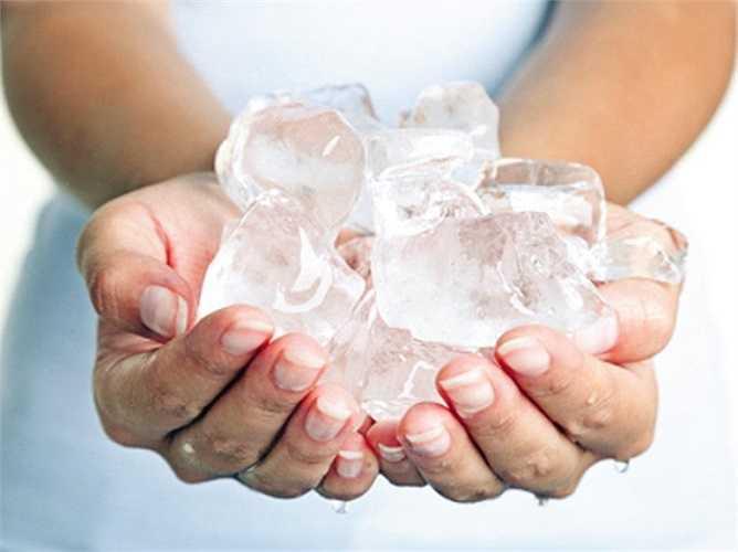 Nhiều bà mẹ thấy con sốt cao quá, nên đã dùng túi đá chườm lạnh cho con. Điều này thực sự rất nguy hiểm và mẹ tuyệt đối không nên làm. Cơ thể bé đang ấm, nếu bạn chườm lạnh, nhiệt độ nóng - lạnh chênh lệch quá mức có thể gây bỏng lạnh, khiến trẻ suy hô hấp ngay lập tức.
