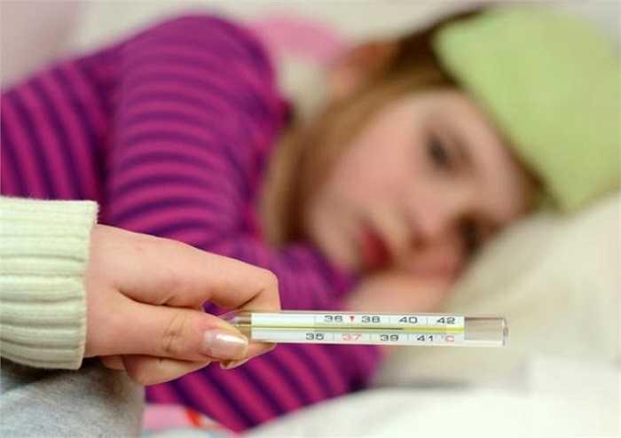 Khi nào cần đưa trẻ tới bệnh viện? Nếu trẻ sốt cao hay kéo dài quá 48h kèm theo nôn mửa, ho, khò khè, khó thở… bạn cần đưa trẻ tới các cơ sở y tế để khám và điều trị bệnh, tránh xảy ra những hậu quả đáng tiếc. Còn trường hợp trẻ sốt cao, co giật, bỏ bú li bì cần nhập viện khẩn cấp.