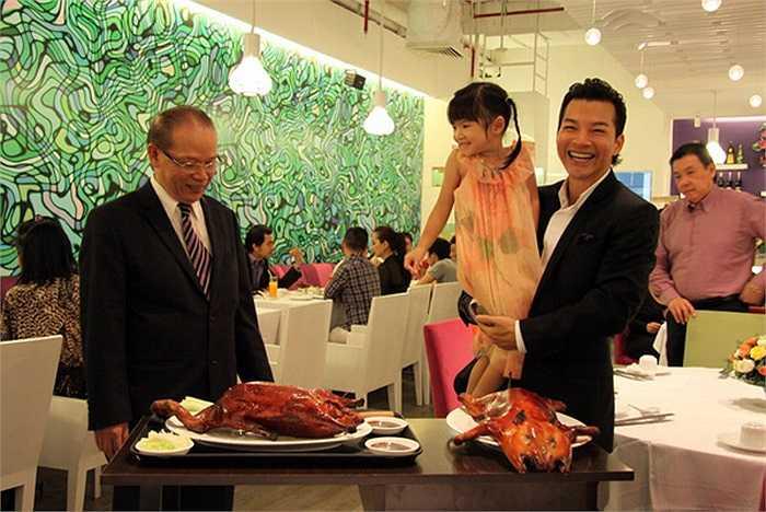 Hình ảnh trong buổi khai trương nhà hàng của Trương Ngọc Ánh.