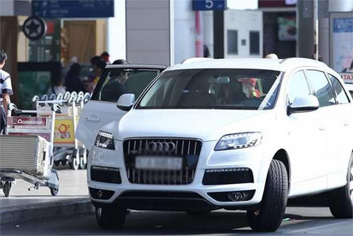 Chiếc xe màu trắng mà cô hay sử dụng này có giá tới 4 tỷ đồng.