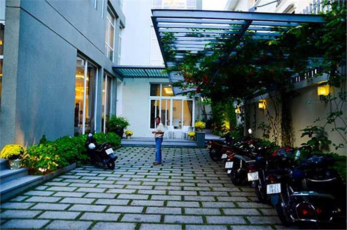 Khuôn viên rộng phía trong ngôi nhà.