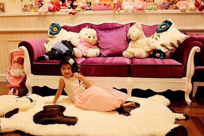 Con gái Trương Ngọc Ánh như nàng công chúa trong căn phòng ngủ của mình.