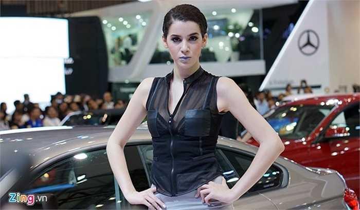 Người mẫu Tây với cách trang điểm cá tính trong gian hàng BMW.