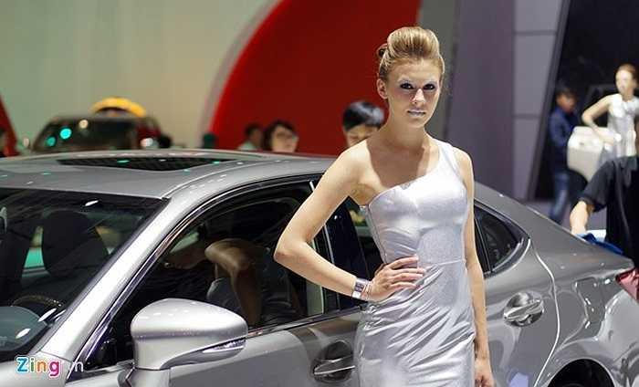 Người đẹp bên mẫu Lexus nhập khẩu.