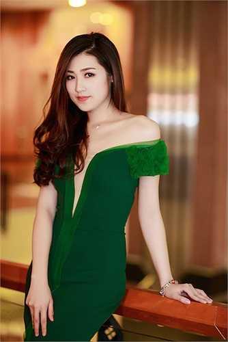Màu sắc của chiếc đầm giúp tôn lên làn da trắng hồng của người đẹp.