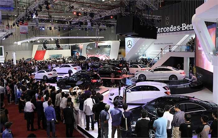 Đông đảo khách hàng đã đến nơi triển lãm xem các mẫu xe hơi đời mới.