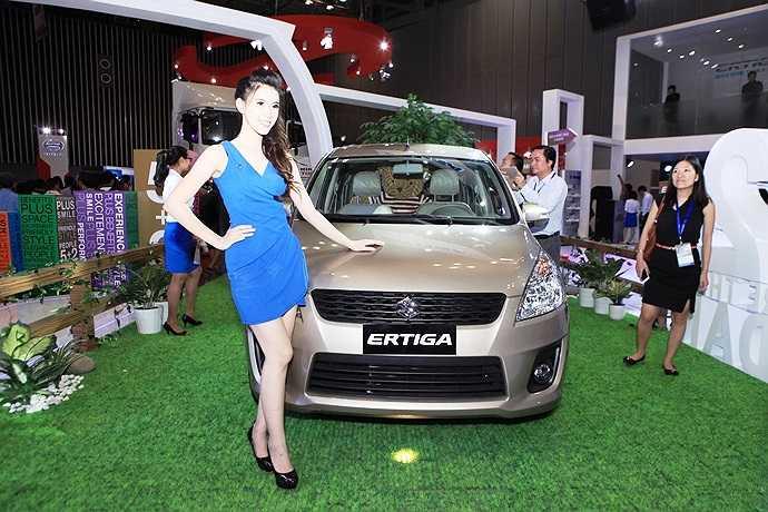 Bên cạnh những chiếc xe hơi đời mới, buổi triển lãm còn có đông đảo 'chân dài' thu hút người xem.