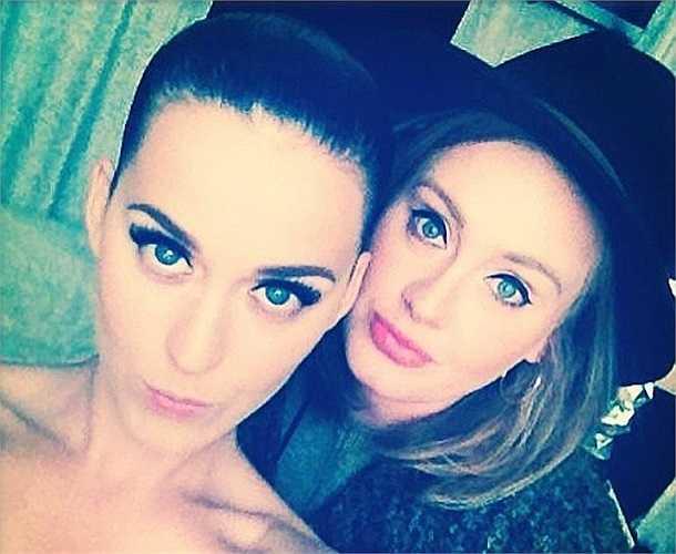 Trong ảnh, hai ngôi sao âm nhạc nổi tiếng thế giới hiện nay - Katy Perry và Adele đã cùng tạo dáng, thể hiện sự thân thiết. Fan hâm mộ cho biết, đây được coi là khoảnh khắc không phải lúc nào cũng có được.