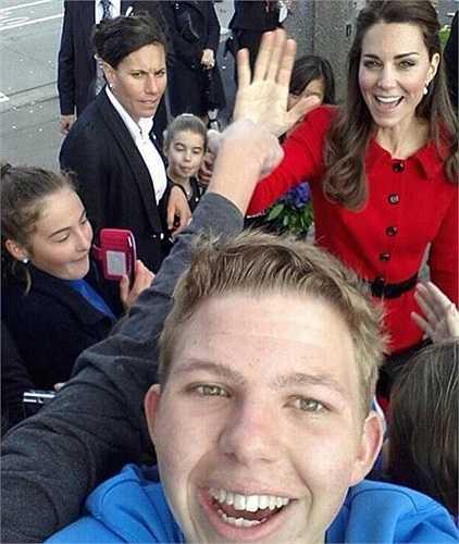 Đây là chàng trai được đánh giá là may mắn nhất năm. Trong chuyến du lịch thăm quan hoàng gia của mình, anh đã may mắn gặp được công nương nước Anh - Kate Middleton và còn được cô vui vẻ, vẫy chào trong ảnh.