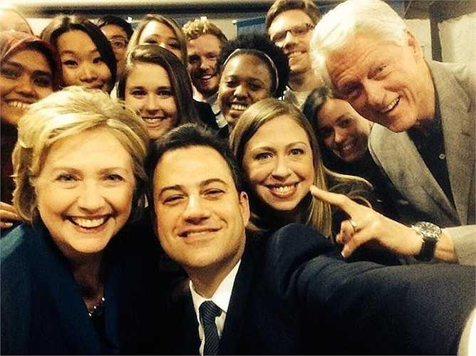 Bức hình cả gia đình Clinton (với toàn chính trị gia nổi tiếng - Hillary, Bill, Chelsea Clinton...) cùng tạo dáng được coi là đối thủ nặng ký với ảnh selfie của Ellen DeGeneres tại lễ trao giải Oscar 2014.