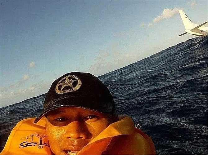 Tấm selfie của anh chàng vừa thoát khỏi tai nạn máy bay đến nay vẫn luôn được coi là một trong những bức ảnh vừa hài hước vừa đáng lên án nhất trên mạng.