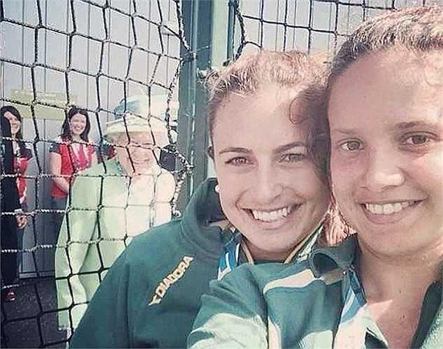 Hai cô gái người Úc đã rất may mắn khi có được nữ hoàng Elizabeth II trong tấm ảnh selfie của mình. Được biết, đôi bạn đã rất bất ngờ khi trông thấy bức hình được chụp tại Commonwealth Games (Glasgow, Scotland) này.