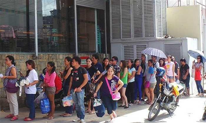 Nhiều người dân ở Tacloban, Philippines xếp hàng dài mua lương thực, nhiên liệu tích trữ tránh siêu bão Hagupit