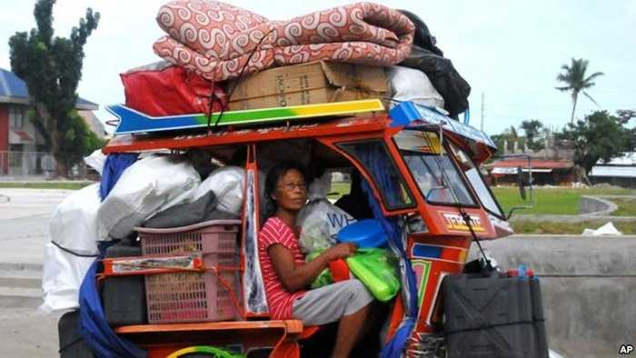 Người dân khăn gói lên đường di tản tránh bão