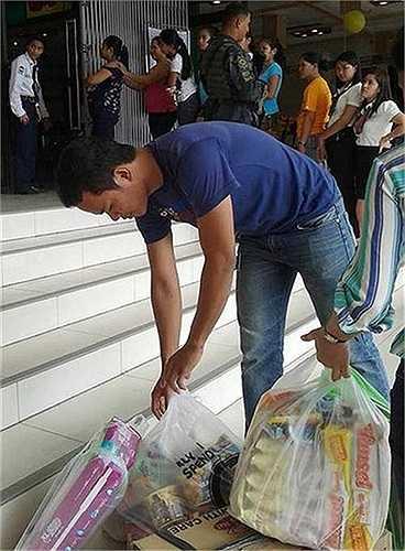 Người dân Tacloban tích trữ lương thực sau khi nghe cảnh báo về siêu bão Hagupit mạnh ngang ngửa Hải Yến
