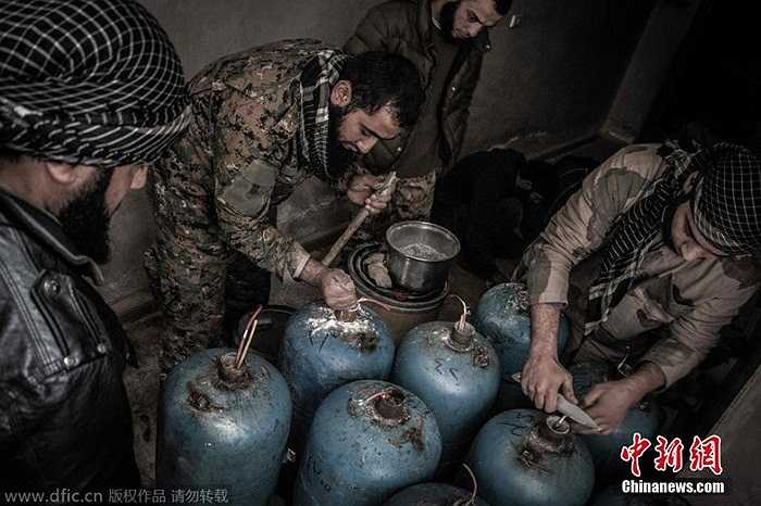 Hình ảnh các chiến binh nổi dậy Syria chế tạo đạn pháo