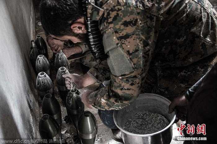 Chiến binh phe nổi dậy Syria chế đạn pháo ở thành phố Aleppo, Syria