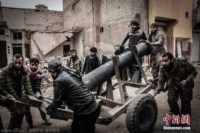 Phiến quân Syria đang kéo một quả  pháo tự chế