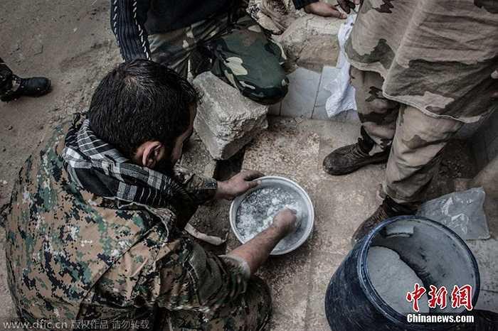 Các chiến binh nổi dậy đang chế tạo đạn pháo phục vụ cho cuộc chiến chống quân đội chính phủ Assad