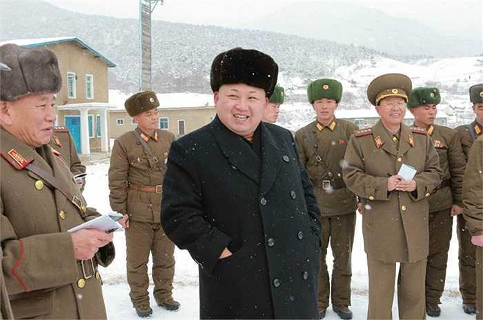 Nhà lãnh đạo Kim Jong-un mặc áo khoác, đội mũ lông thị sát đơn vị quân đội 1313 bắn súng hôm 4/12