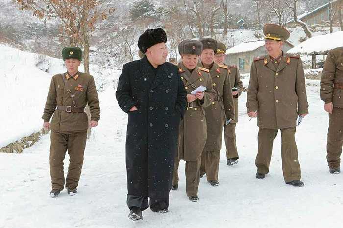 Nhà lãnh đạo Kim Jong-un đội tuyết thị sát quân đội tập luyện bắn súng