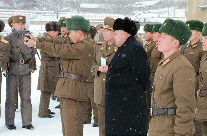 Kim Jong-un thị sát quân đội bắn súng
