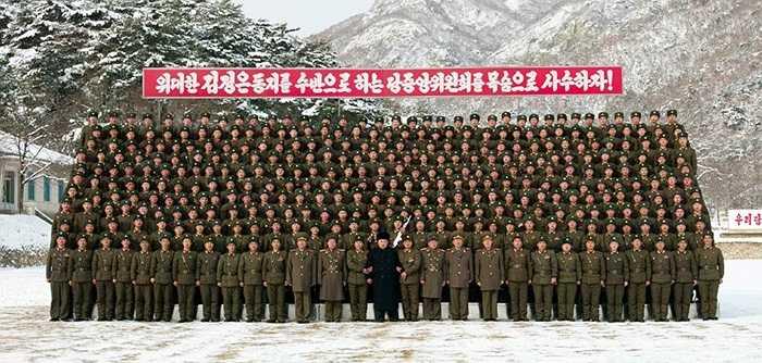 Ông Kim chụp ảnh lưu niệm với các binh sỹ đơn vị 1313