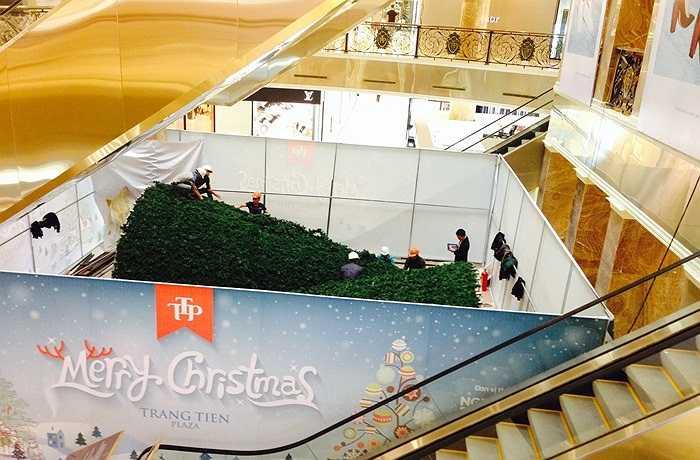 Tại khu vực trung tâm của sảnh chính, các nhân viên đang trang trí cây thông Noel khá hoành tráng