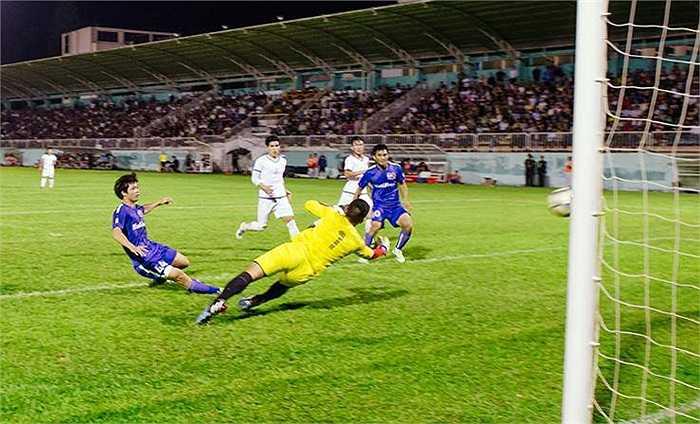 Hai phút trước khi hết giờ, Văn Toàn hoàn thành cú hat-trick, ấn định chiến thắng 5-1 cho đội nhà. (Ảnh: Quang Vũ)
