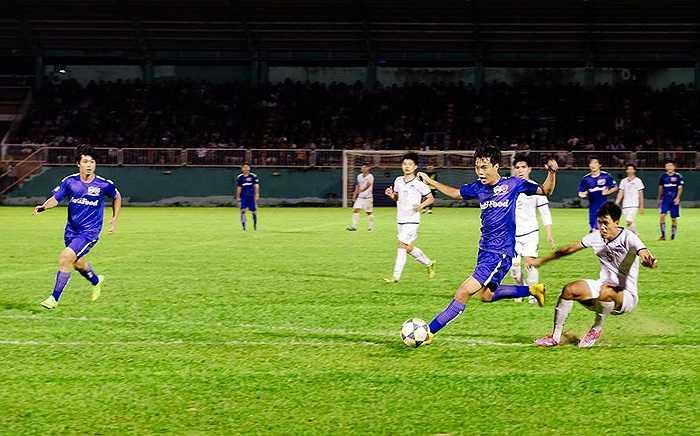 Không lâu sau, từ đường chọc khe thông minh của Công Phượng, Văn Toàn băng xuống đối mặt với đồng đội ở U19 Việt Nam của anh - thủ thành Văn Trường. (Ảnh: Quang Vũ)