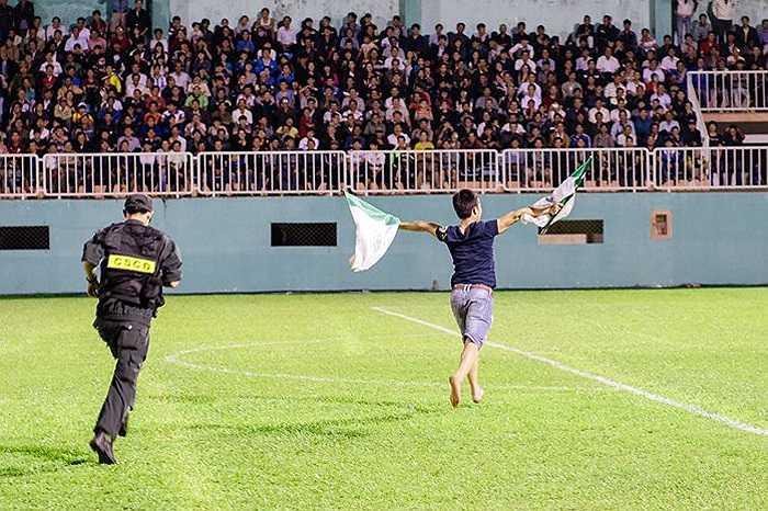 CĐV Gia Lai phấn khích tràn xuống sân. (Ảnh: Quang Vũ)
