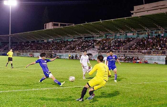 Tới lượt Văn Toàn tạo cơ hội cho Công Phượng thoát xuống ghi bàn nâng tỷ số lên 4-1. (Ảnh: Quang Vũ)