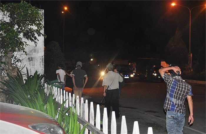 Theo ghi nhận của phóng viên VTC News, đêm 4/12, lực lượng công an phường Tam Bình (quận Thủ Đức), bảo vệ dân phố… bất ngờ đột kích vào chợ Đầu mối Nông sản Thực phẩm (gọi tắt là chợ Đầu mối, phường Tam Bình, quận Thủ Đức). (Ảnh Sỹ Hưng)