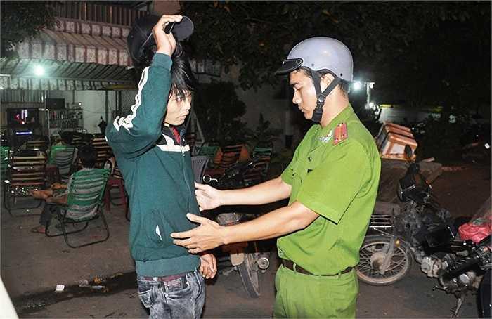 Nhiều người tình nghi bị công an kiểm tra hành chính trong đêm. (Ảnh Sỹ Hưng)