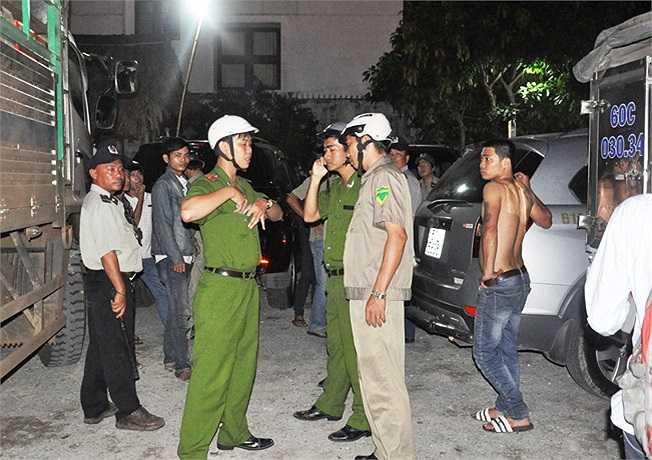 Lực lượng Công an phường Tam Bình ra quân gom người nghiện và những người sống lang thang tại chợ Đầu mối. (Ảnh Sỹ Hưng)