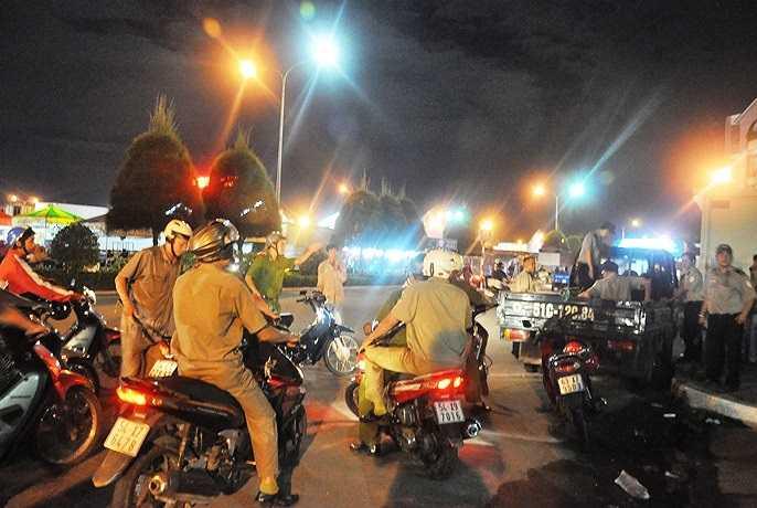 Trong đêm 4 đến sáng 5/12, Công an phường Tam Bình đã gom rất nhiều người nghiện, sống lang thang về phường. (Ảnh Sỹ Hưng)