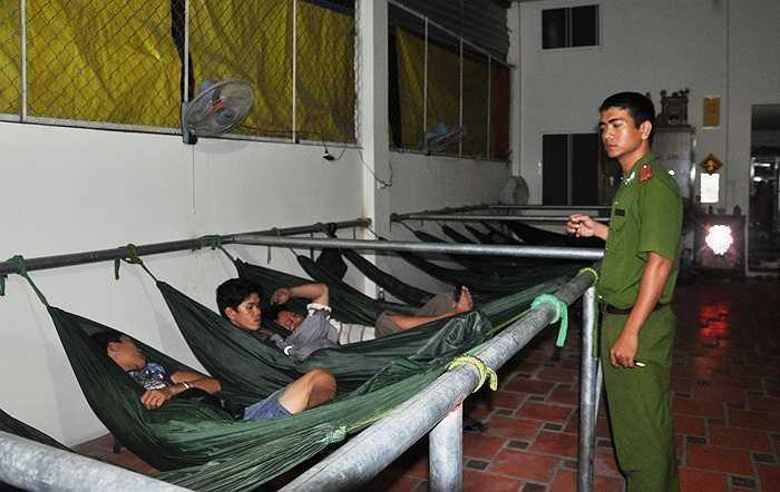 Trung úy Nguyễn Duy Hưng (công an phường Tam Bình) đang kiểm tra những người có biểu hiện sử dụng ma túy trong chợ Đầu mối. (Ảnh Sỹ Hưng)