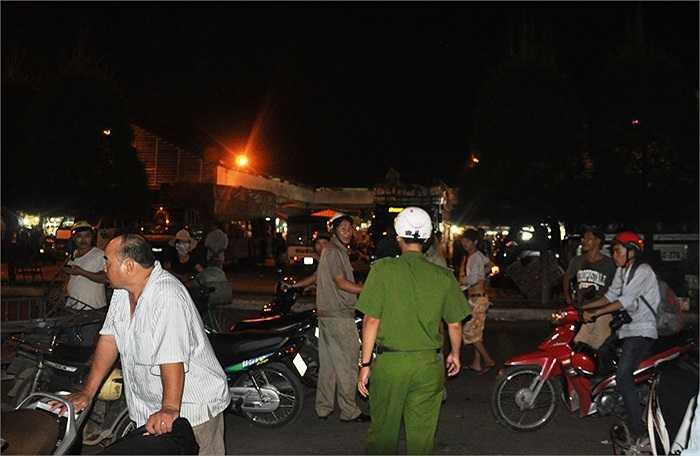 Lực lượng công an phường Tam Bình ra quân trấn áp tội phạm, ma túy trên địa bàn. (Ảnh Sỹ Hưng)