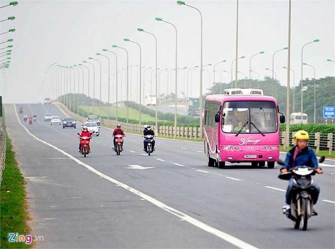 Buổi sáng, theo hướng từ Hòa Lạc về trung tâm thủ đô việc di chuyển của nhiều xe máy trong làn cao tốc đang là nỗi bức xúc của nhiều cánh lái xe ôtô.