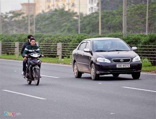 Nhiều người điều khiển phóng với tốc độ cao, đi ra giữa đường và không đội mũ bảo hiểm.